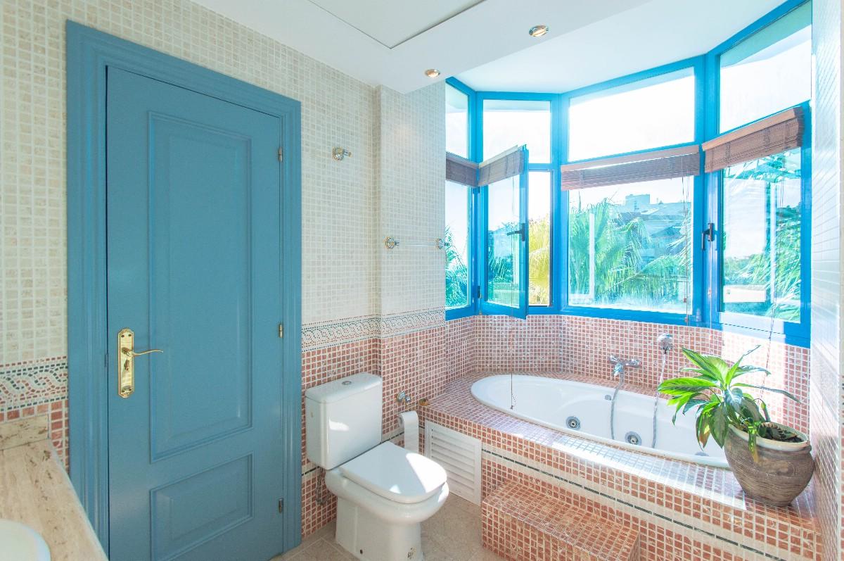 Main bathroom-2
