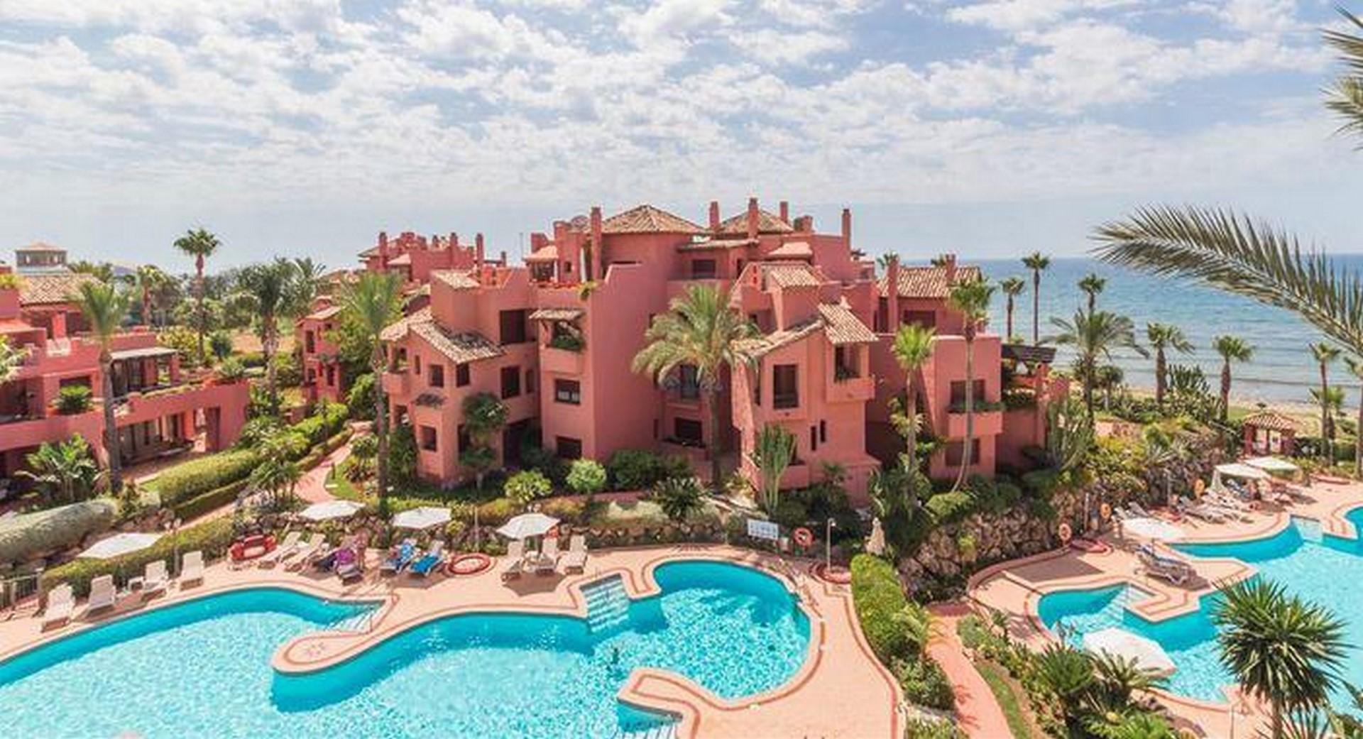 2 pools menara beach
