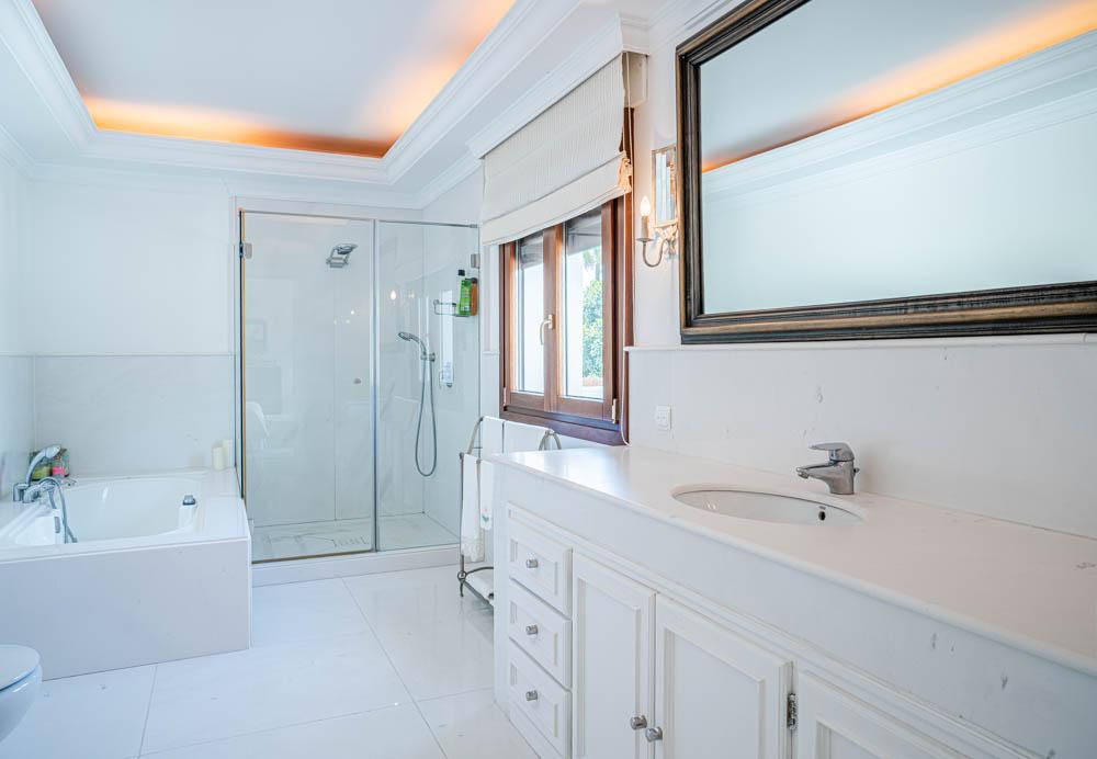 ayling-sotogrande-villa-master-bathroom-sotogrande-coast