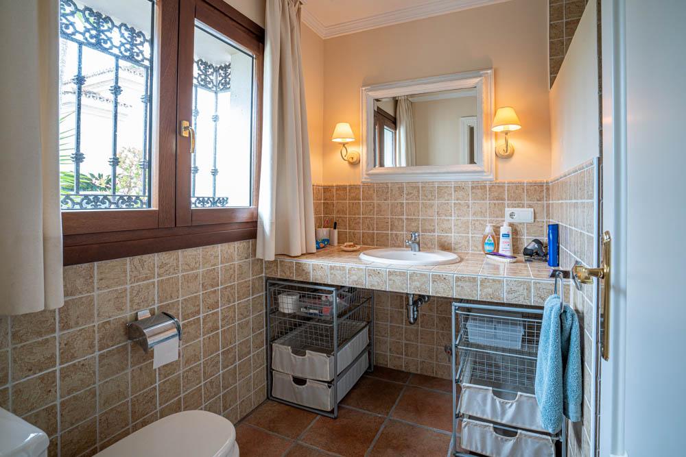 ayling-sotogrande-villa-staff-bathroom-sotogrande-coast